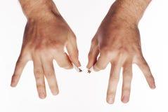 击碎香烟的手 库存照片
