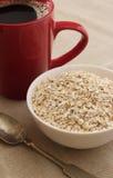 碗与匙子的燕麦 免版税库存照片