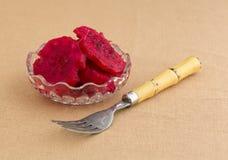 碗与叉子的切的仙人掌梨 免版税库存照片