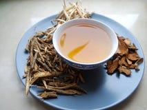 碗与在旁边干被分类的根的酿造的中国草本 库存照片