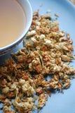 碗与干花蕾的茉莉花茶 库存照片