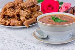 碗与甜点的harira汤 免版税库存图片