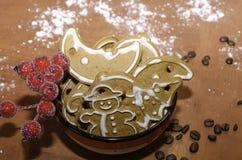 碗与花揪枝杈的圣诞节姜饼 免版税图库摄影
