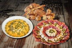 碗与满盘开胃菜美味盘Meze和束的俄国沙拉芝麻新月形面包在老Weathere供食的油酥点心 免版税库存图片