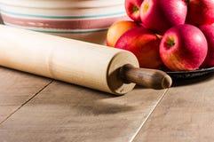 碗与滚针的苹果 免版税库存图片