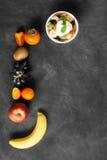 碗与youghurt的健康新鲜水果沙拉在黑黑板 免版税库存照片
