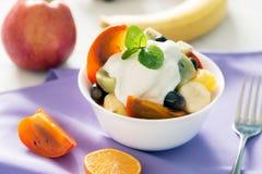 碗与youghurt的健康新鲜水果沙拉 免版税库存图片