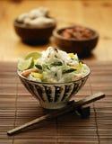 碗东方芦笋大虾和面条混乱油煎 免版税库存照片