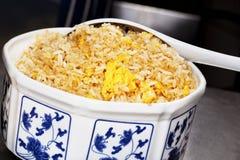 碗中国鸡蛋油煎的瓷米 库存照片