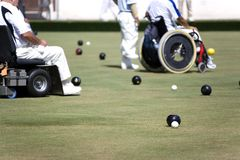 碗主持残疾草坪人人员轮子 免版税库存照片