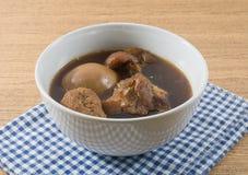 碗五个香料炖煮的食物用煮沸的鸡蛋、豆腐和猪肉 库存照片