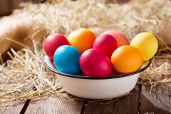碗五颜六色的复活节彩蛋 免版税库存照片