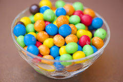 碗五颜六色的M&M巧克力,采取在贝拉,莫桑比克非洲 库存图片
