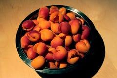 碗从法国的杏子充分为做准备保存 免版税库存照片