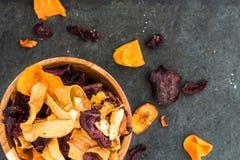 碗从菜芯片,油炸马铃薯片的健康快餐 免版税图库摄影