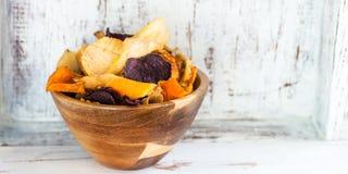 碗从菜芯片,油炸马铃薯片的健康快餐 库存图片