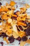 碗从菜芯片,油炸马铃薯片的健康快餐 免版税库存图片