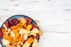 碗从菜芯片,油炸马铃薯片的健康快餐 免版税库存照片