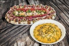 碗俄国沙拉和满盘在老破裂的木野餐桌上的开胃菜美味盘Meze 库存图片