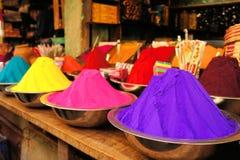 碗充满活力的色的染料在印度 免版税库存照片