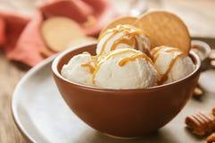 碗冰淇凌用焦糖调味汁和曲奇饼 图库摄影