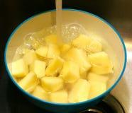 碗切成小方块的和被切的烘烤的土豆 免版税图库摄影