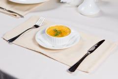 碗南瓜汤供食在桌上 免版税库存图片