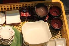 碗和板材在许多在货架手工制造工艺汇集视图堆积的形状陶瓷瓦器黏土从上面 免版税库存图片