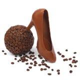 碗咖啡和巧克力鞋子 免版税库存照片