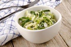 碗圆白菜酥脆沙拉开胃菜 图库摄影