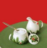 碗圣诞节盛奶油小壶节假日集合糖葡萄酒 免版税库存照片