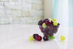 碗在一张轻的桌上的樱桃 库存照片