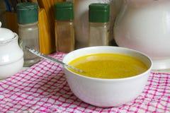 碗在厨台的汤 库存图片