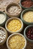 碗在小容器的各种各样的谷物在木背景,谷物混合,豆,芝麻,米,大麦米,麦子,特写镜头 免版税库存图片