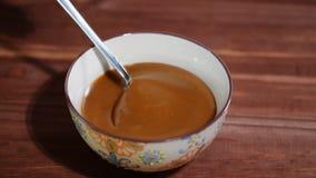 碗在木桌上的熔化焦糖调味汁 股票视频