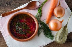 碗在桌上的传统汤罗宋汤 免版税库存照片