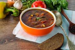 碗在桌上的传统汤罗宋汤 库存照片