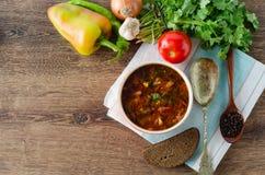 碗在桌上的传统汤罗宋汤 免版税库存图片
