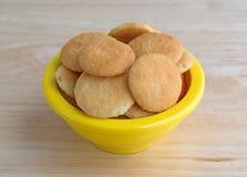碗在桌上的小香草薄酥饼曲奇饼 免版税库存图片