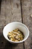 碗在桌上的玉米片 免版税图库摄影