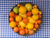 碗在桌赛跑者的果子 库存图片