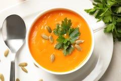 碗在桌,顶视图上的鲜美南瓜汤 库存图片