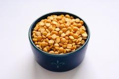 碗在白色背景的黄色干分裂豌豆 库存图片