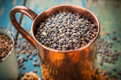 碗在老木背景的红色分裂扁豆 免版税库存照片