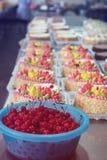 碗在蛋糕生产的樱桃 免版税库存照片