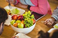 碗在表上的果子 免版税库存照片