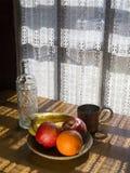 碗在起斑纹的光的果子 免版税库存照片