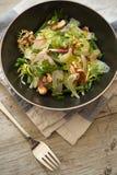 碗在餐巾的沙拉由晚餐叉子 库存图片