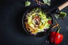 碗在黑背景的菜沙拉 库存图片