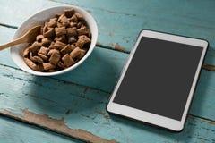 碗巧克力与数字式片剂的多士crunchs 库存照片